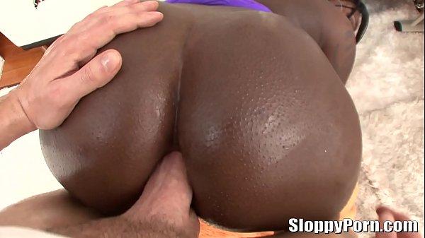 Mulher negra pelada dando a bunda grande