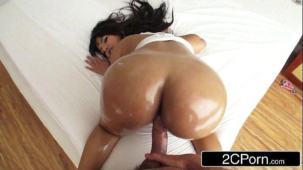 Morena latina do cuzão grande fazendo anal