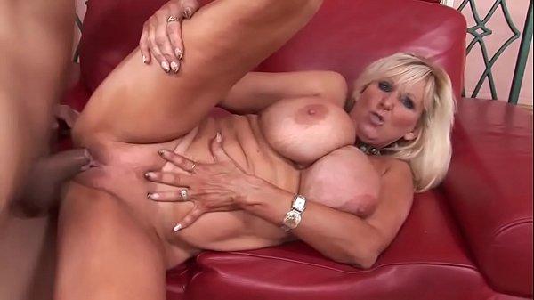 Filme porno coroa com tetonas grandes e buceta lisa