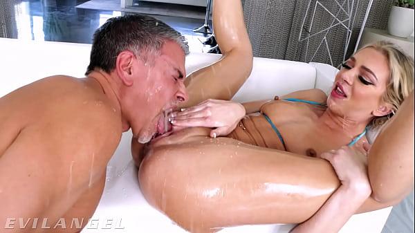 Chupando o bucetão da loira e socando com força no cu