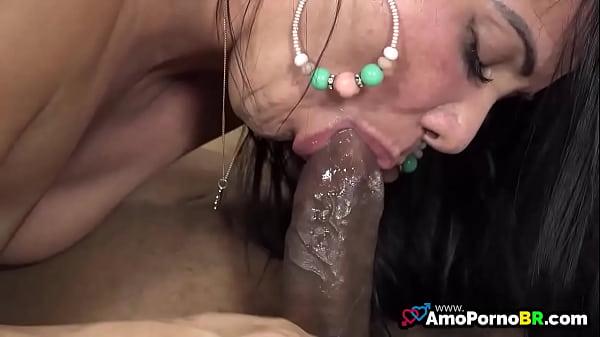 Morena brasileira pagando boquete molhado