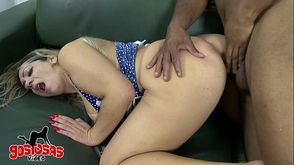 Esposa loira gostosa dando a bunda no sofá